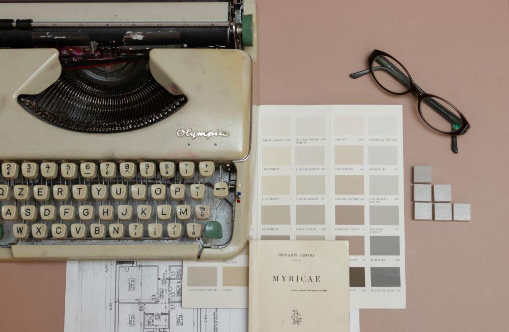 macchina da scrivere e pantone